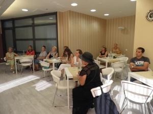 Participantii de la lectia de gatit.
