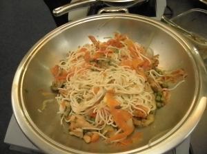 Taitei cu pui si legume, preparate in wok / zepter.