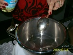 3 linguri de ulei, puse in vasul zepter.