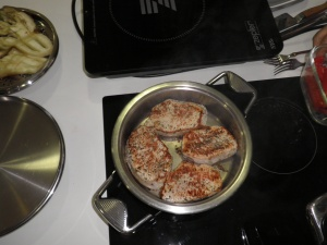 Bucatile de carne fripte pe o parte.