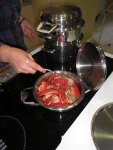Ardeiul adaogat peste friptura.