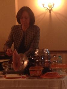 Monica prepara pieptul de curcan umplut cu merisoare.