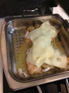 piept de pui fript in vas zepter uns cu smantana, presarat cu ciuperci si acoperit cu cascaval.